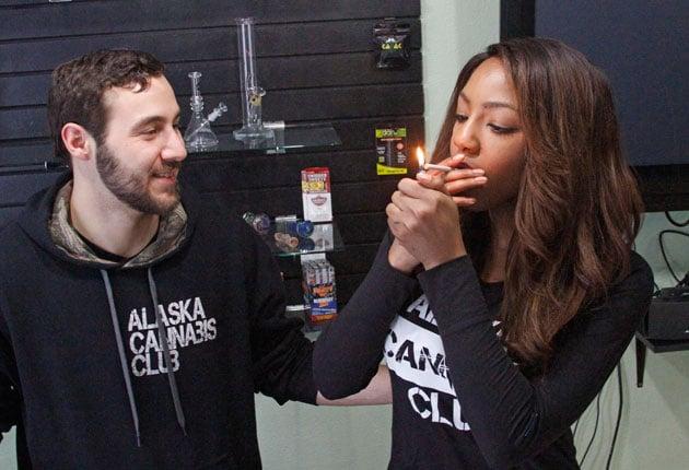 El primer dispensario de yerba en Anchorage, el Alaska Cannabis Center, atendido por Peter Lomonaco y Charlo Greene.