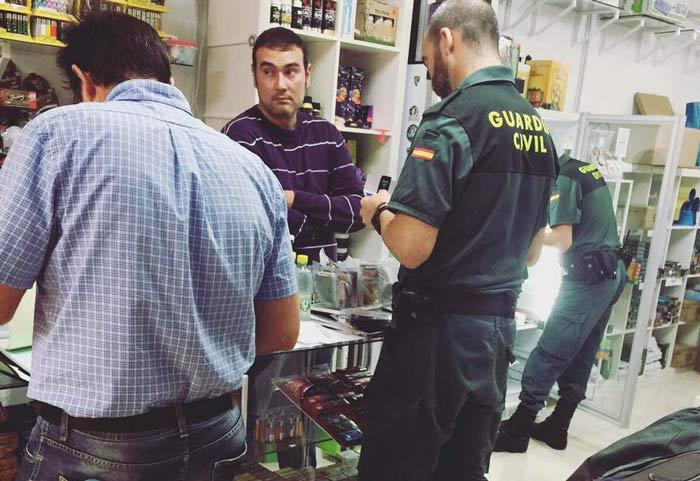 Momento en que la policía procede al registro del grow shop Special Plant