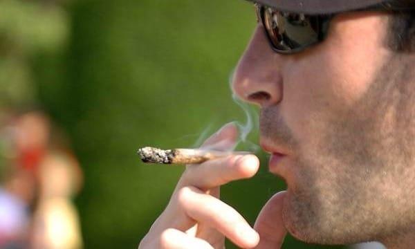 joven fumando un porro 600x360