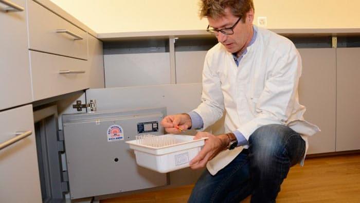 Manfred Fankhauser sacando Dronabinol de la caja fuerte de su farmacia