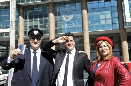 """El actor-director Denny Brechner (C) y los actores Tato Olmos (L) y Talma Friedler, de la pélicula """"Mision No Oficial"""" posan delante del palacio presidencial en Montevideo, el 12 de septiembre de 2017"""