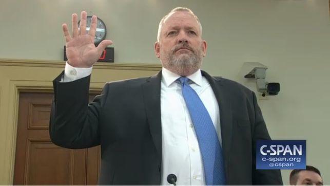 Robert Patterson, director de la DEA, pronunciando su juramento minutos antes de empezar la sesión ante los congresistas.