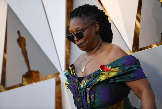 La actriz Whoopi Goldberg en la alfombra roja de los Oscars.