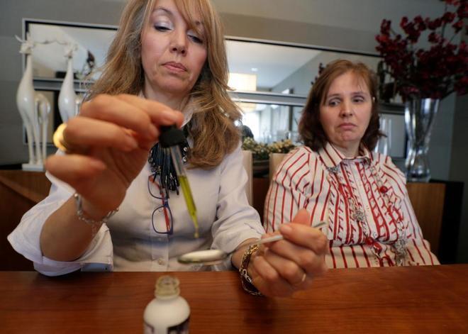 Una enfermera portuguesa prepara una dosis de Cannabidiol para una paciente en Lisboa.