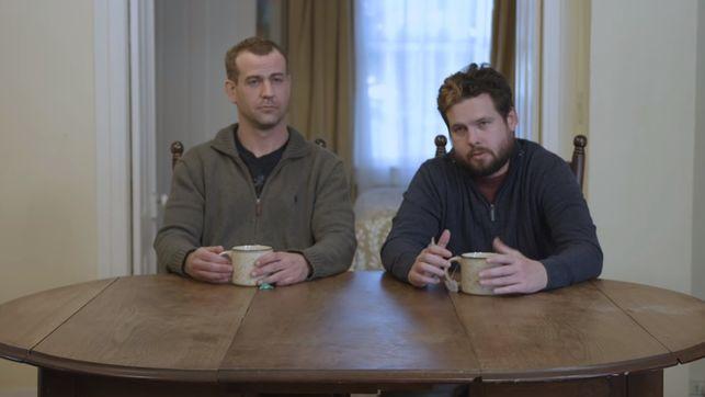 Tyler Flanigan, a la derecha, y Nigel McCourry, a la izquierda, poco antes de que el primero se someta a la terapia con MDMA.