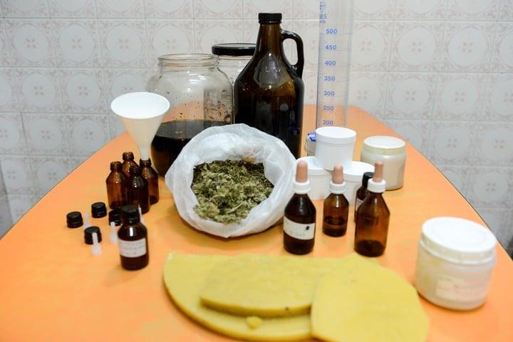 Producción casera de aceite y ungüento de cannabis. // Emmanuel Fernández