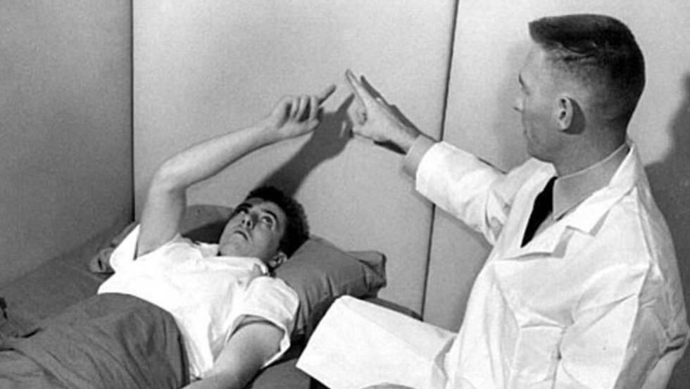 El psiquiatra James Ketchum, con un voluntario en el arsenal de Edgewood.