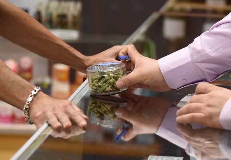 El dispensario Green Pearl Organicspaga el 15% de impuestos a California, además de sus gastos operativos, y cumple con numerosas normativas. El mercado negro, no. (AFP/Robyn Beck)