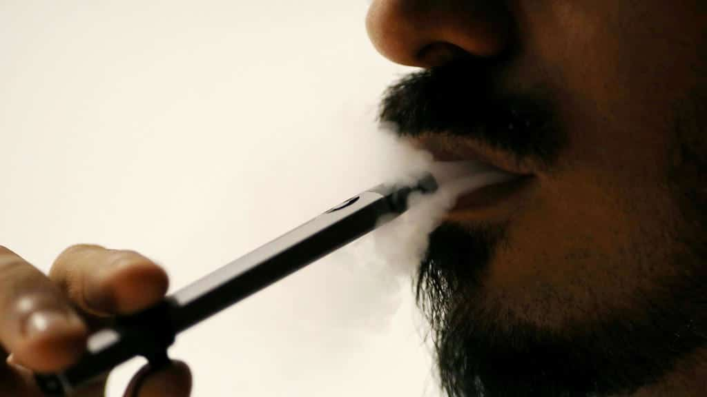 Ali Mansoor, un entusiasta del vaporizador emiratí, posa mientras fuma un cigarrillo electrónico en un café en Dubai, Emiratos Árabes Unidos, 22 de agosto de 2019. Fotografía tomada el 22 de agosto de 2019.