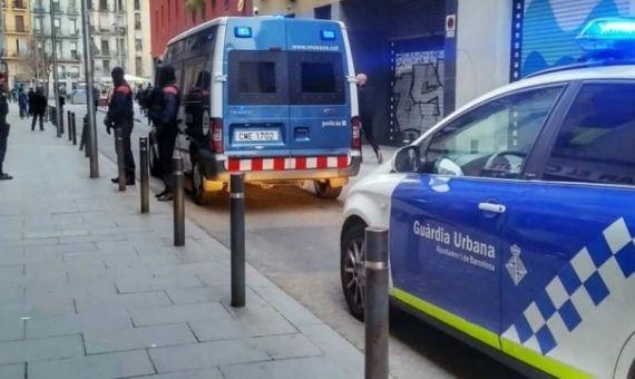 Mossos y Guardia Urbana, durante un operativo policial en Ciutat Vella contra clubs cannábicos / ARCHIVO