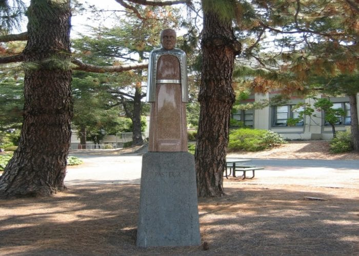 Estatua de Lous Pasteur en el San Rafael High School, California