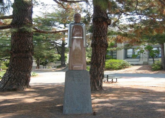 Estatua de Lous Pasteur en el San Rafael High School, California
