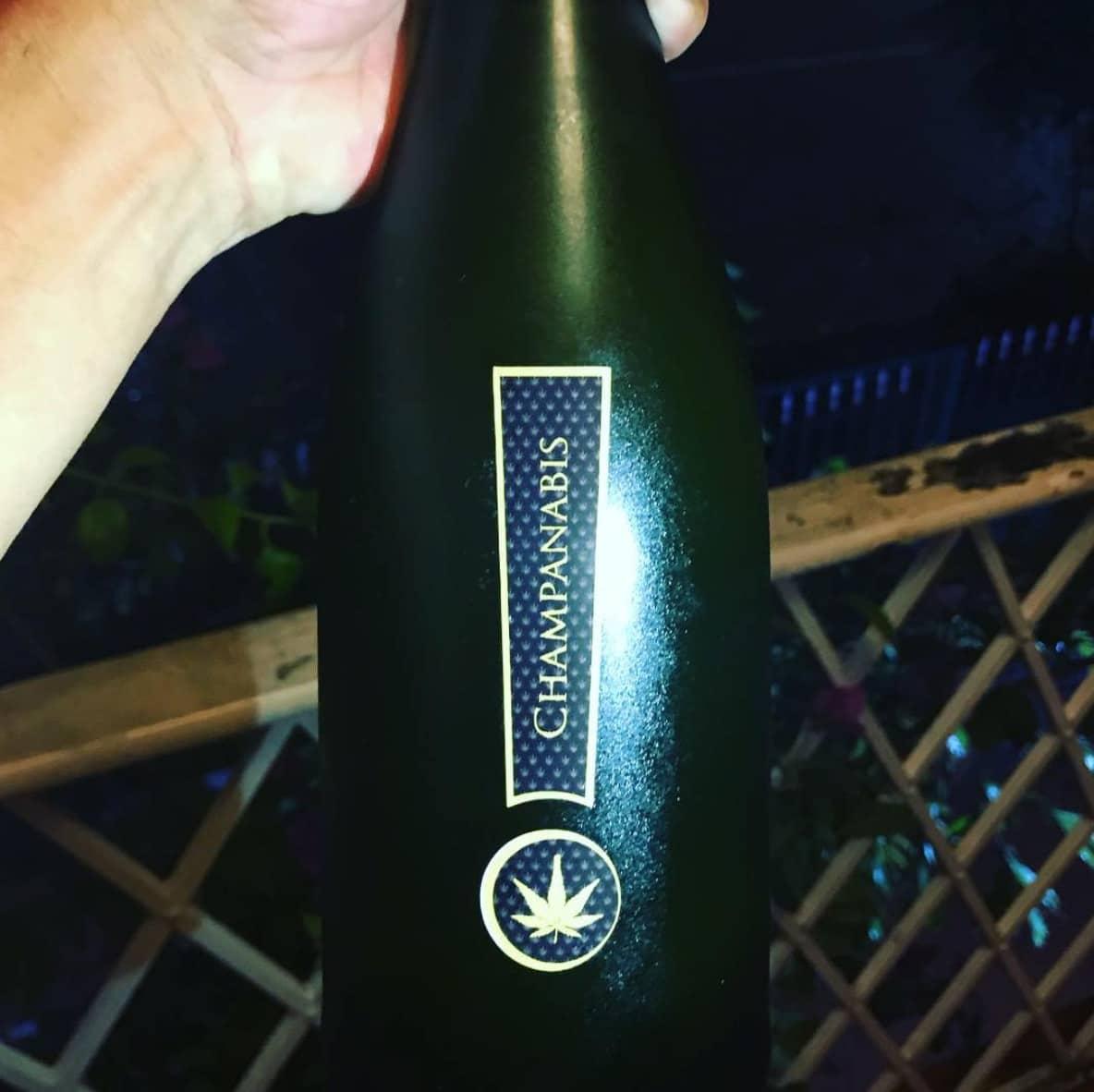"""Una botella de """"champanabis"""", una de las bebidas de moda en el Este esta época."""