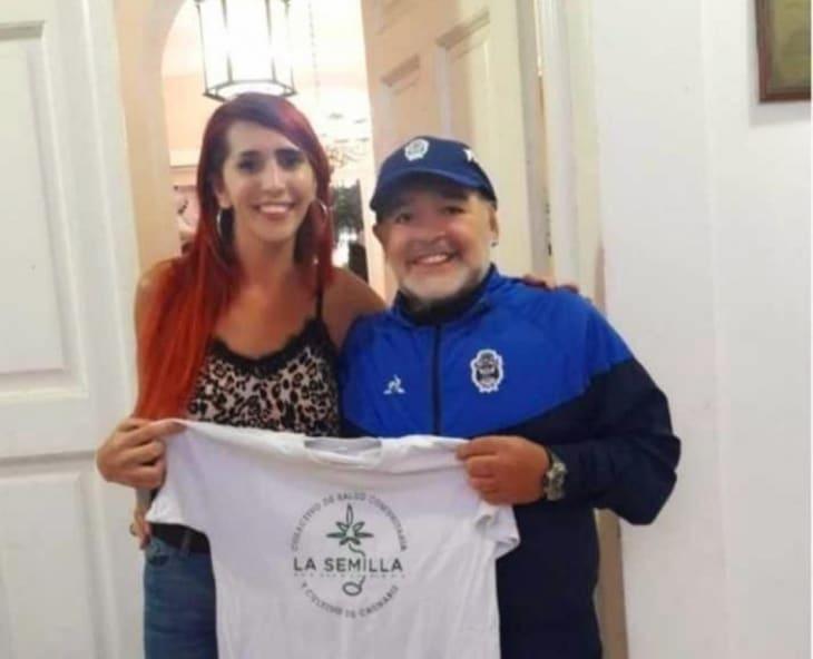"""Mónica Castillo, de la organización """"La Semilla"""", junto a Diego Armando Maradona."""