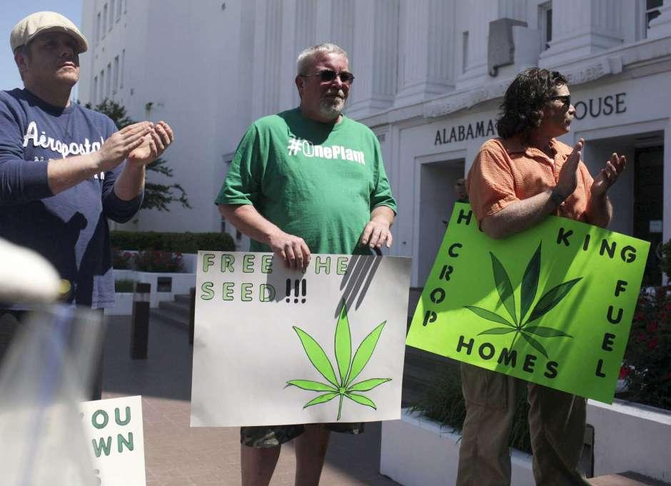 Fotografía de archivo del 22 de abril de 2015 de residentes de Alabama parados afuera del parlamento estatal para defender la legalización de la marihuana médica en Montgomery, Alabama.