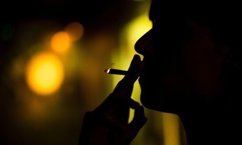 Una mujer fuma un porro de marihuana, en una imagen de archivo.