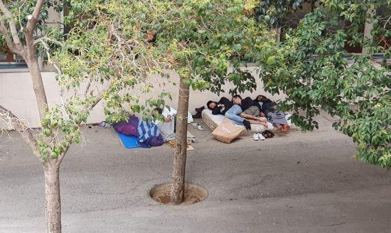 Grupos marginales y toxicómanos durmiendo en las calles del Besòs / T.C