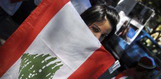 Mujer con bandera libanesaFuente: Visible Hands