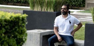 Rodrigo Martín, un enfermo de cáncer que consume cannabidiol (CBD), posa durante una entrevista con la AFP en San José, el 13 de noviembre de 2020