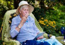 Anciana fumando cannabis